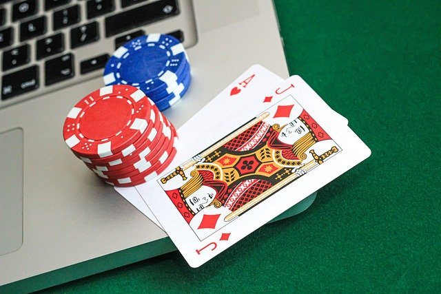 What are the fringe benefits of online Bandarqq gambling sites?